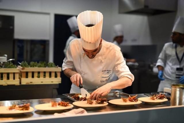 David Andrés elaborant el seu plat durant el concurs S. Pellegrino Young Chef.