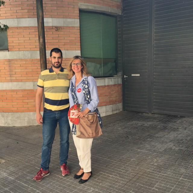 El portaveu del PSC a l'Ajuntament de Capellades, Aaron Alcázar, i de la diputada al congrés Mercè Perea, davant la caserna de la Guàrdia Civil de Capellades.