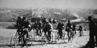 Un grup de ciclistes de la Volta a Catalunya, sortint de Manresa per la pujada de la carretera a Igualada